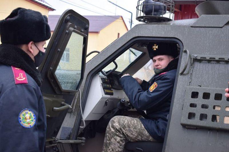 Кадетів ознайомили з військовою технікою на Луганщині (фото)