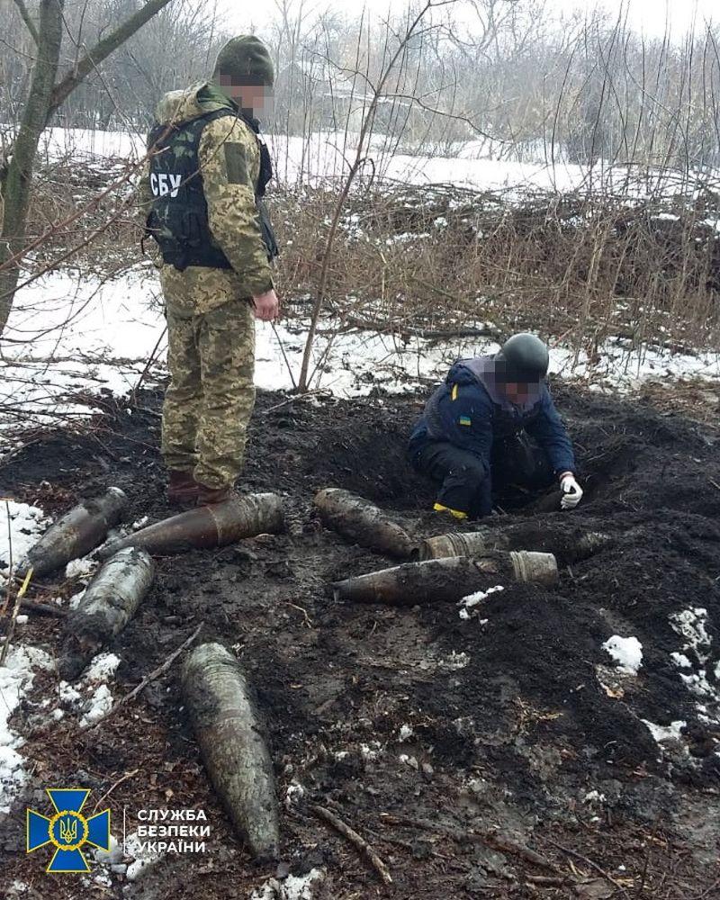 На Луганщині виявили дві схованки бойовиків зі снарядами далекобійної артилерії (фото)