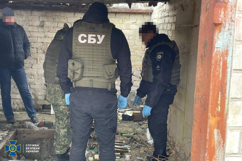 На Донеччині СБУ виявила схрон бойовиків з тротилом і мінами (фото)